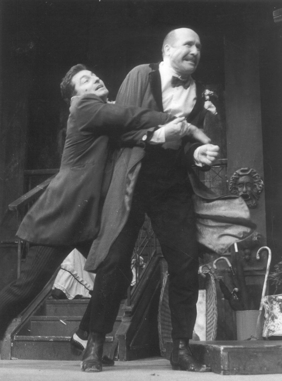 Molière: LAKOMEC. režie Vladimír Strnisko, 1992; Ondřej Vetchý / Kleant, Petr Nárožný / Harpagon; foto Karel Meister