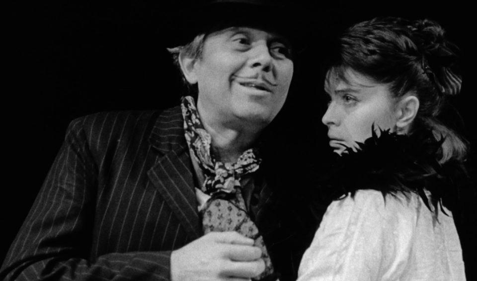 215-248 Inscenace.QX6. Václav Havel: Žebrácká opera (režie Jiří Menzel, 1990; Josef Abrhám, Libuše Šafránková) Foto Miroslav Pokorný