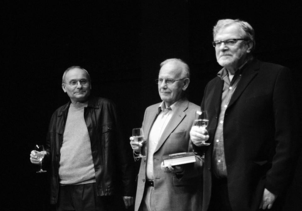 9_L_Smocek, J_Vostry, J_Kacer. Ladislav Smoček, Jaroslav Vostrý aJan Kačer při křtu knihy Činoherní klub 1965-2005 vroce 2006. Foto Martin Poš