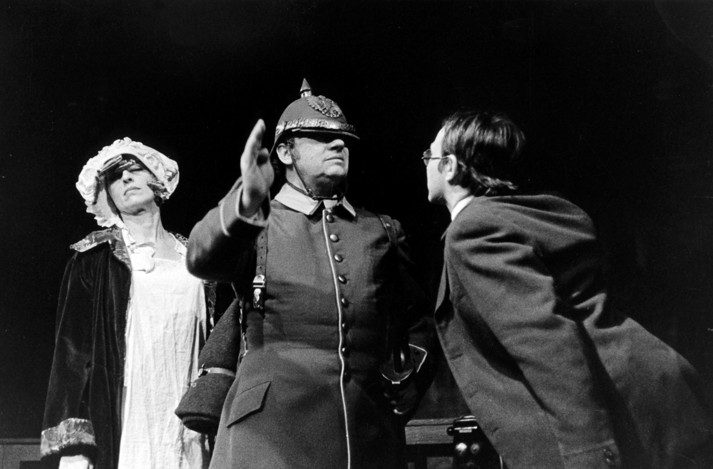 10_ Hejtman. Matylda Obermüllerová / Carl Zuckmayer: HEJTMAN ZKOPNÍKU, 1980 (s Miloslavem Štibichem aRudolfem Hrušínským ml.) Foto Miroslav Pokorný