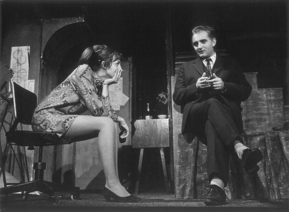 5_Na_ostri_noze. Slečna Nekvindová / Alena Vostrá: NA OSTŘÍ NOŽE, 1968 (s Josef Somrem) Foto Miloň Novotný